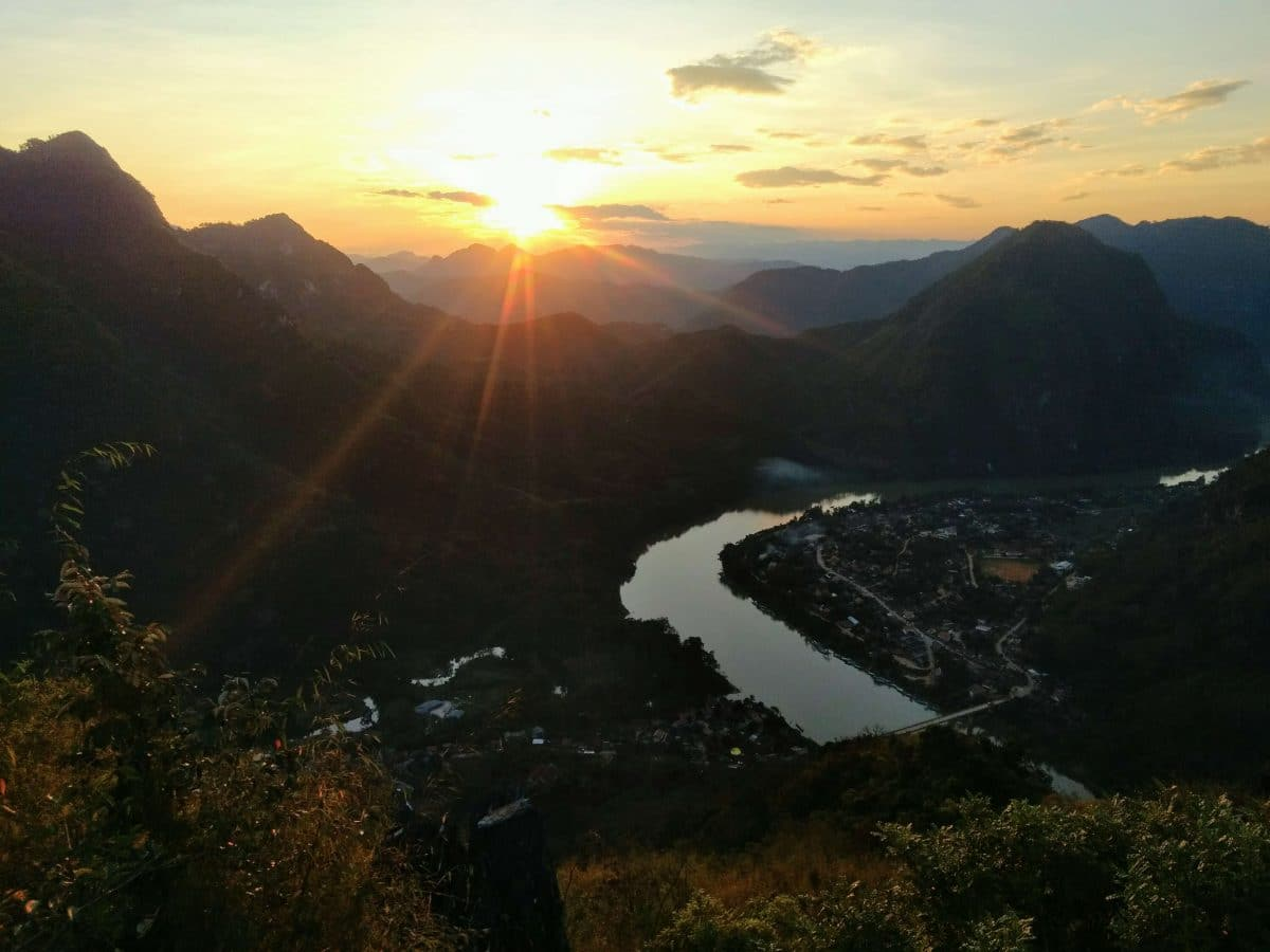 laos nong khiaw phadeng view point montagne coucher de soleil